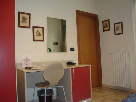 Hotel Dock Milano : chambre côté bureau
