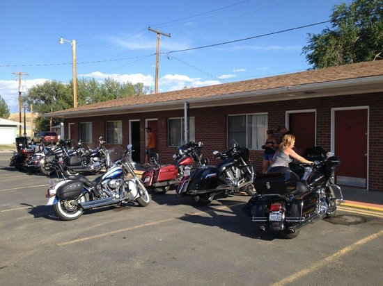 Yellowstone Motel: Bikes parked out front our rooms