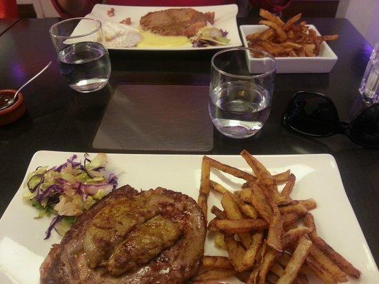 Le Kube Restaurant : Entrecôtes angus (avec camembert rôti en haut et foie gras poêlé en bas)