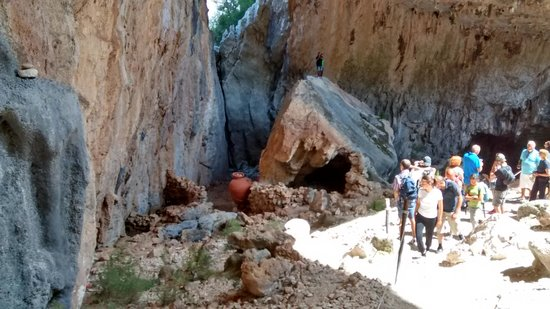 Sardegna-Ambiente Escursioni Day Hikes: Finestrone all'interno di Tiscali