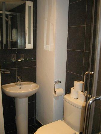 Hotel Twenty: Small bathroom