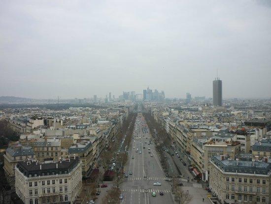 Vista de Champs-Elysees hacia La Defensa, desde lo alto del Arco del Triunfo.