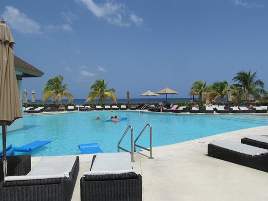 Secrets Wild Orchid Montego Bay: Pretty day at the pool