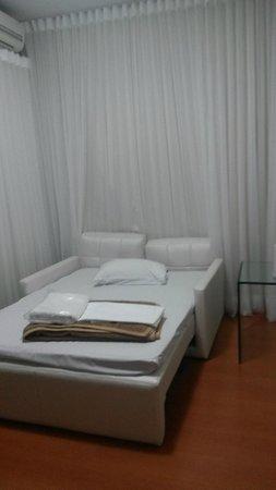 Max Savassi Apart Service: Sofá cama da sala