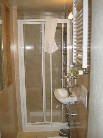 Studios2Let Serviced Apartments - Cartwright Gardens: Small bathroom but modern