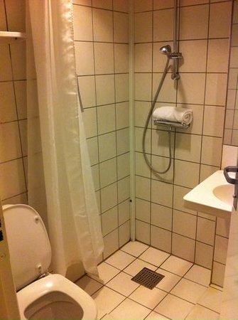 Hotel SKT. Annae: minimal shower