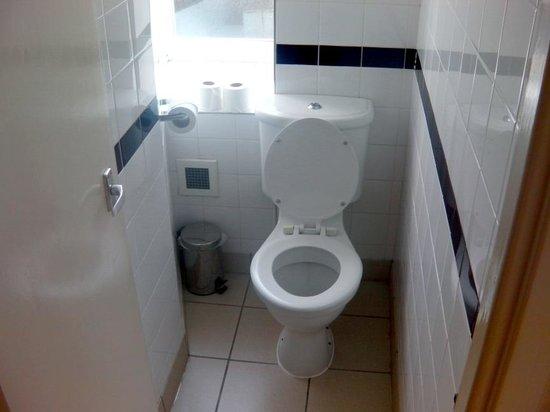 Tavistock Hotel: Toilet separate