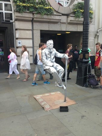 Piccadilly Circus : The seatless man