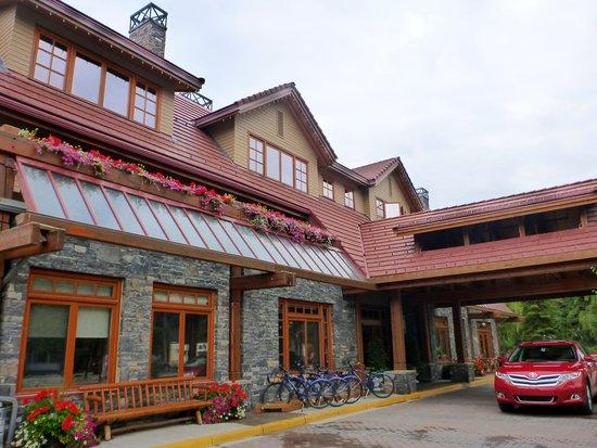 Banff Ptarmigan Inn: Front of the Inn