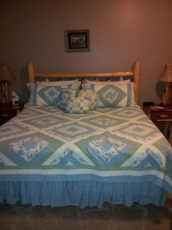 Dogwood Cottages : King-sized, very comfortable bed.