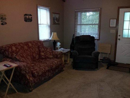 Dogwood Cottages : Living room area