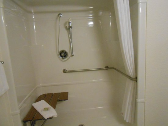 Super 8 Sault Ste. Marie: Roll-in shower in large accessible bathroom