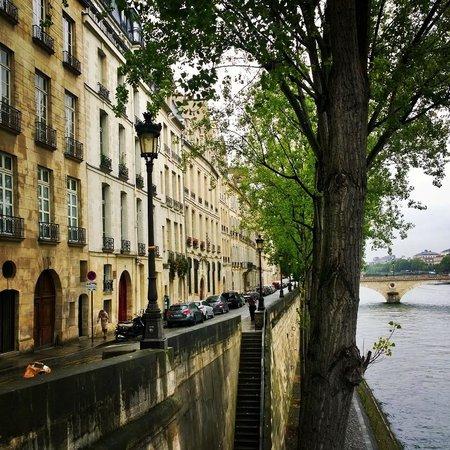 Ile Saint-Louis: street view by the Seine