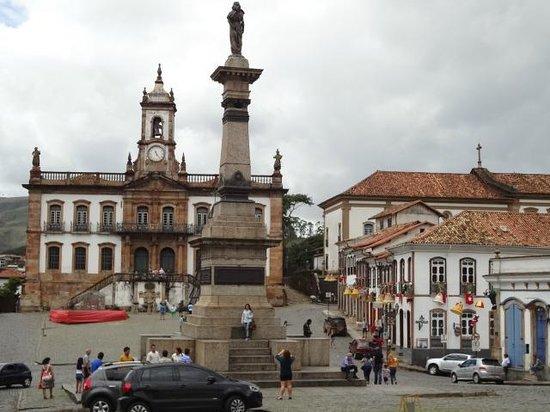 Praca Tiradentes: Monumento a Tiradentes e Museu da Inconfidência ao fundo