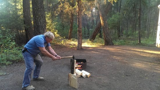 Lac La Hache, Canada: Chopping wood for the fire (on our camp site)