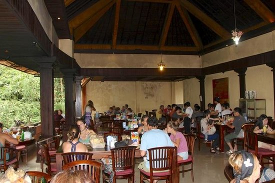 Warung Babi Guling Ibu Oka 3 : The main dining area - floor seating optional