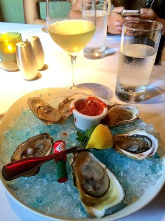 Chart House Restaurant: Small but good oysters..