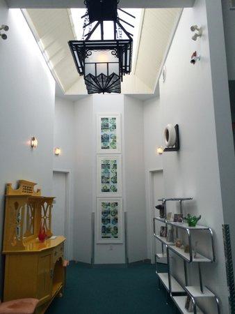 Retro Suites Hotel: Hallway.