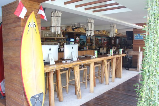 Bliss Surfer Hotel : Bar, computers and resturant