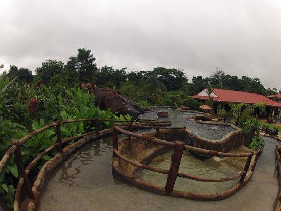 Volcano Lodge & Springs: aguas termales  frente al restaurat