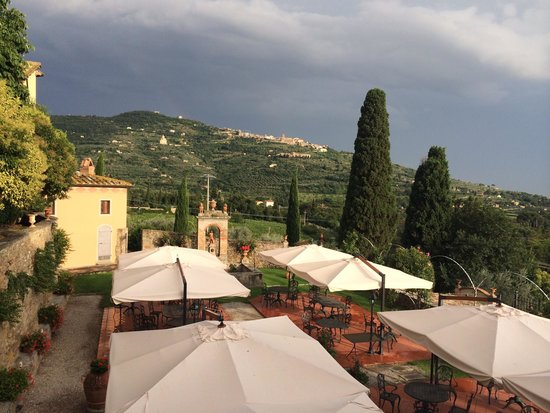 Relais Il Falconiere & Spa: View of Cortona from the restaurant