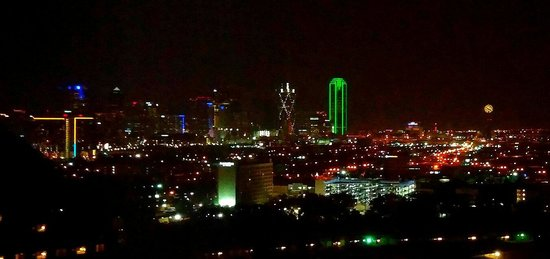 Hilton Anatole: Night view from tower room 22nd floor