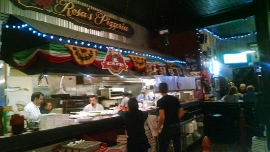 Rosa's Pizzeria: Busy Thurs night. Waiting for my pizza.