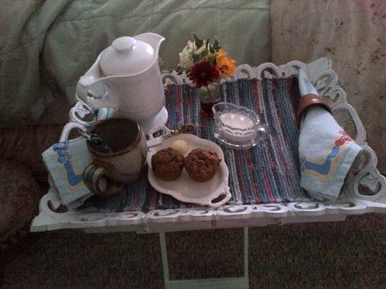 American Country Bed and Breakfast: Pre-Breakfast coffee tray with warm muffins - superb