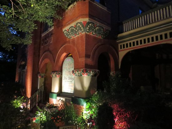 JC Wyatt House: At night