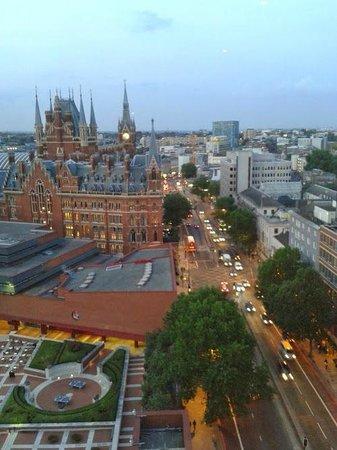 Pullman London St Pancras Hotel: Vista de andar alto do corredor do hotel