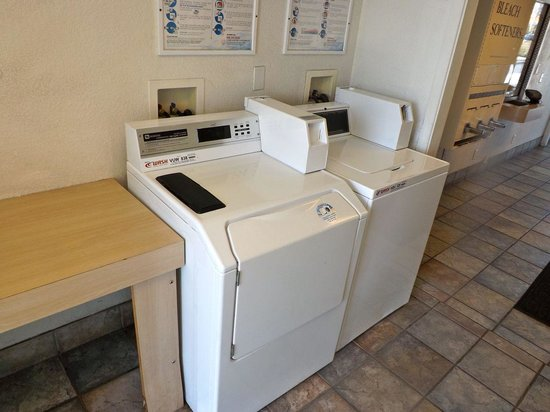 Motel 6 Ventura Beach: Two washers and two dryers.