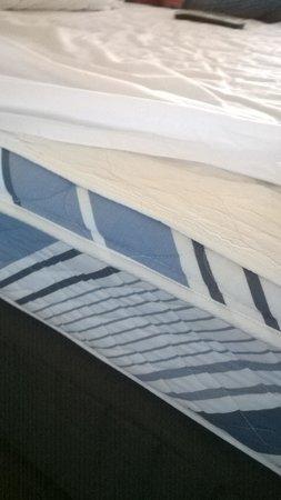 Hotel Grand Chancellor Surfers Paradise: mattress in premium room
