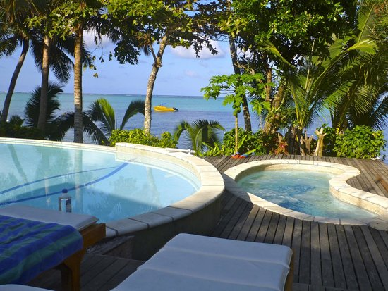 Matanivusi Surf Resort: Lookout from sunbeds and pool of ocean
