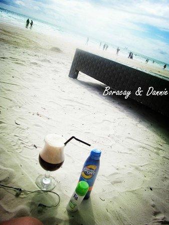 Fridays Boracay Resort: relaxing at white beach