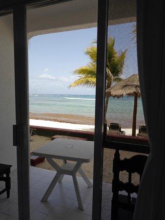 Del Sol Beachfront Hotel: Chambre vue mer et terrasse pieds dans le sable