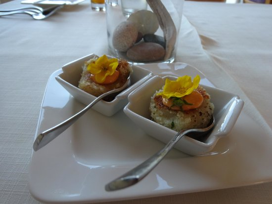 Neddies Harbour Inn: delicious cod cakes with flower topping