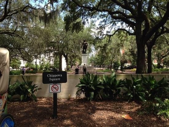 Savannah Historic District : one of the charming squares