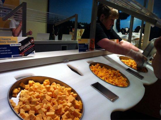 Tillamook Cheese Factory: Cheese sampling!