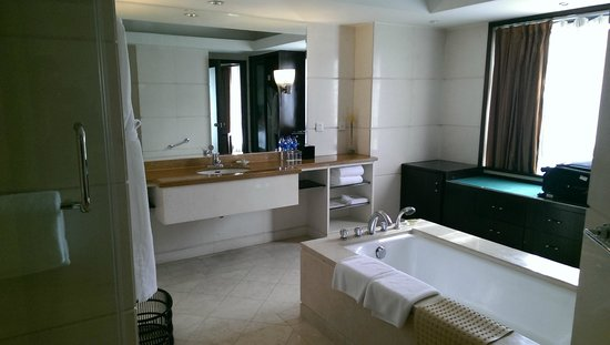 Crowne Plaza Beijing Wangfujing: Suite bathroom, large!