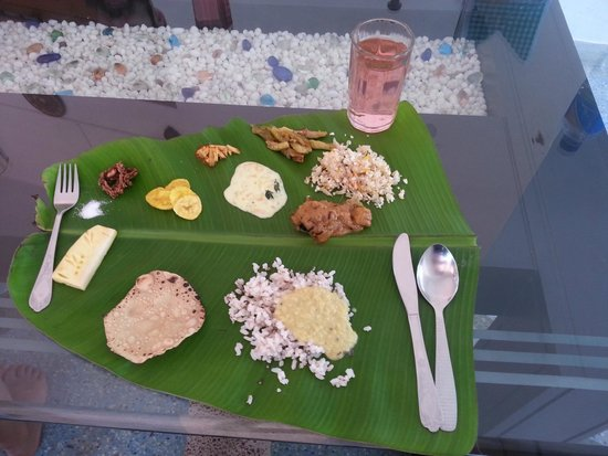 Chamundi Hill Palace Ayurvedic Resort: Palm leaf lunch