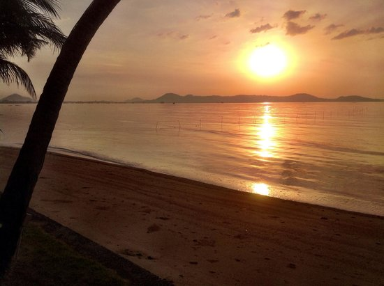 Friendship Beach Resort & Atmanjai Wellness Centre: Sunrise from beachfront room