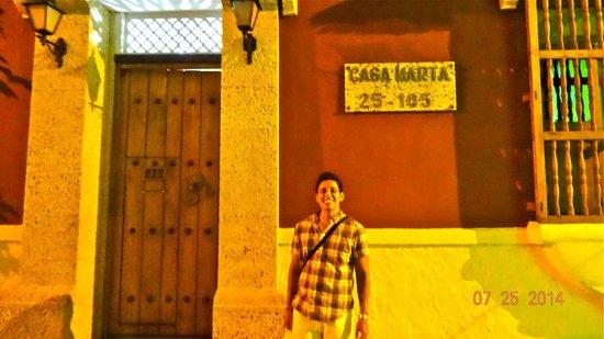 Casa Marta Cartagena: The entrance way (love the colonial doors!)