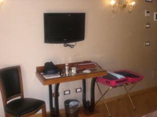 Hotel Paganelli : 壁掛けタイプのテレビ