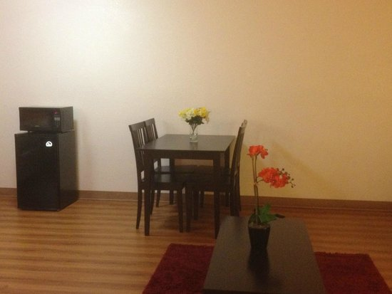 Motel 6 Cameron Park: Suite with Sofa and Dining Area
