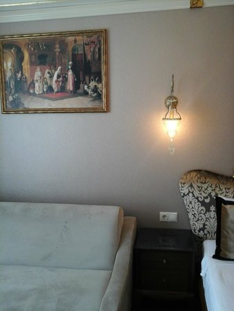 The Byzantium Hotel & Suites: BEDROOM WALL