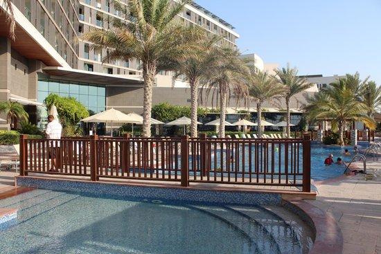 Radisson Blu Hotel, Abu Dhabi Yas Island : Poolområdet