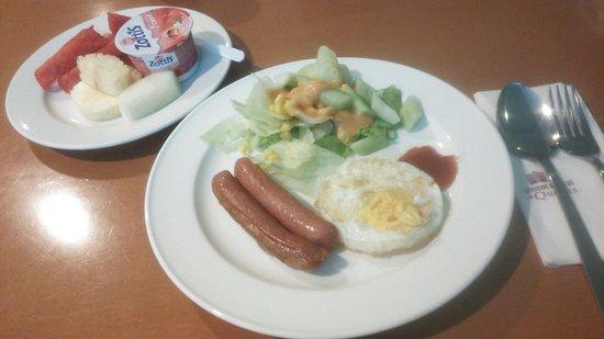Hotel Royal at Queens: モーニング☆10種類くらいのメニューで毎日同じでした。味は、、合わなかったのでサラダ玉子フルーツ食べてました!トーストもありました
