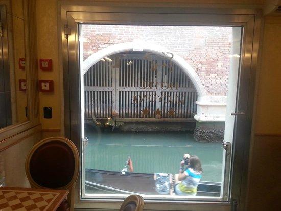 Alcyone Hotel: Vindu ut fra spisesalen ut mot kanalen.