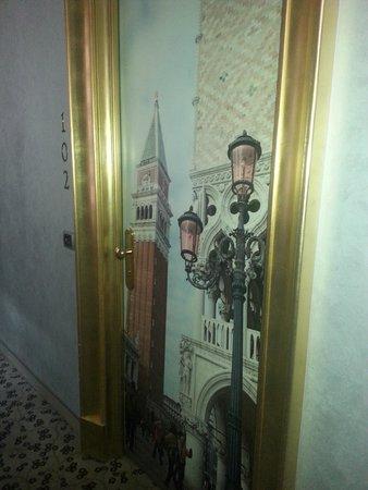 Alcyone Hotel: Dørblad med kjente italienske motiver.
