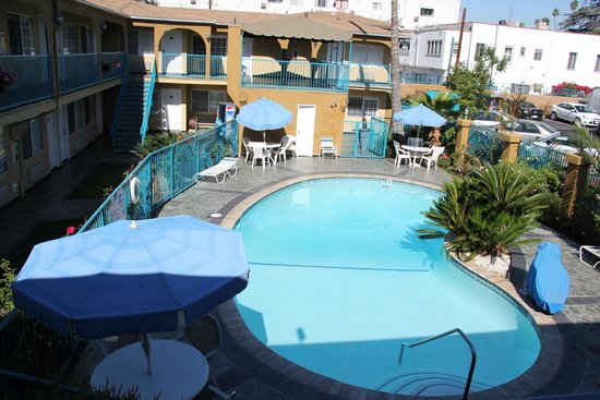 Hollywood City Inn : All hotel rooms facing swimming pool